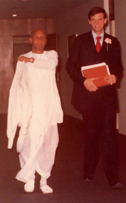 1976-1978-sri-chinmoy-leaving-office-of-Secretary-General-on-38th-floor-with-adhiratha