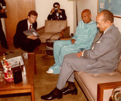 1984-06-jun-28-Sri-Chinmoy-with-pres-of-UN General-Assembly-Jorge-Illueca-view