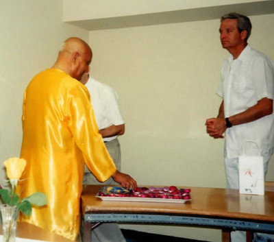 1997-1999-at-UN-conf-room-E-Sri-Chinmoy-gives-adhiratha-after-peace-med