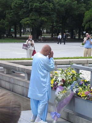 Sri Chinmoy offers a prayer in front of the Cenotaph for the A-bomb victims, Hiroshima Peace Memorial Park.