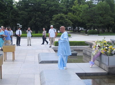 Sri Chinmoy offers a moment's silence.