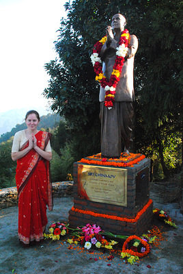 Pranlobha with Sri Chinmoy's statue in Nepal