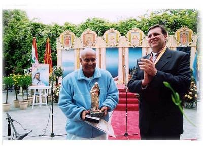 Sri Chinmoy and the President Boris Trajkovski NY 2003
