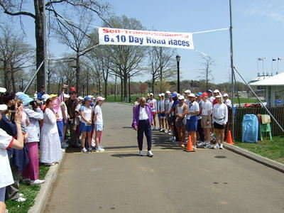 Sri Chinmoy arrives to start the 10-Day race