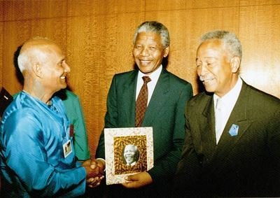 Nelson-Mandela-Sri-Chinmoy-meet-at-UN-June-1990