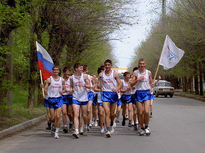Athletes of Volzhsky city carry the torch